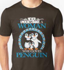 Penguins - Never Underestimate A Woman Who Loves Penguin Unisex T-Shirt
