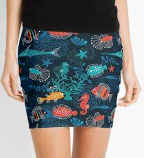 Tropische Fische unter dem Meer Minirock