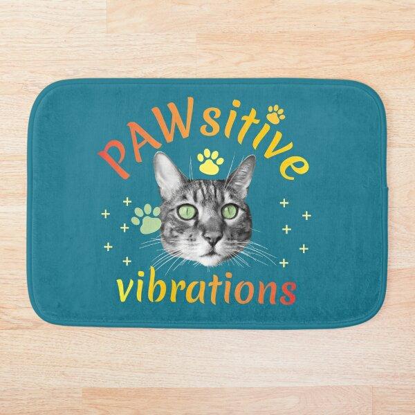 PAWsitive vibrations, pattes et tête de chat, couleurs chaudes, fond bleu vert Tapis de bain