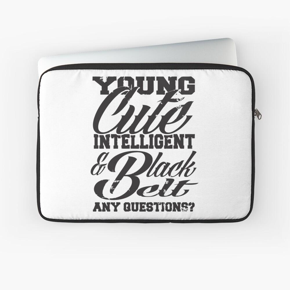 Joven linda inteligente y cinturón negro Funda para portátil