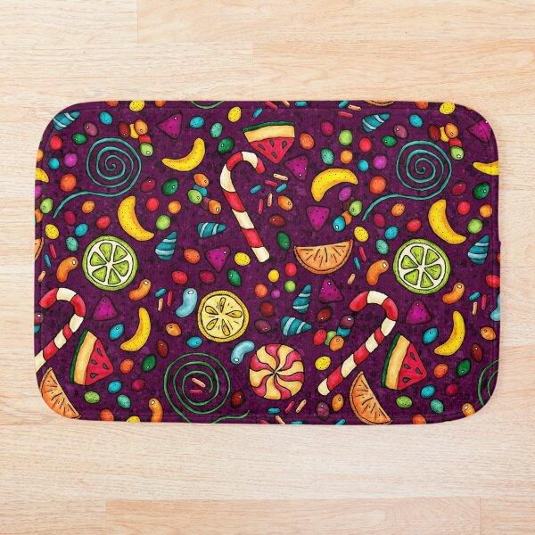 Bonbons multicolores sur fond violet Tapis de bain