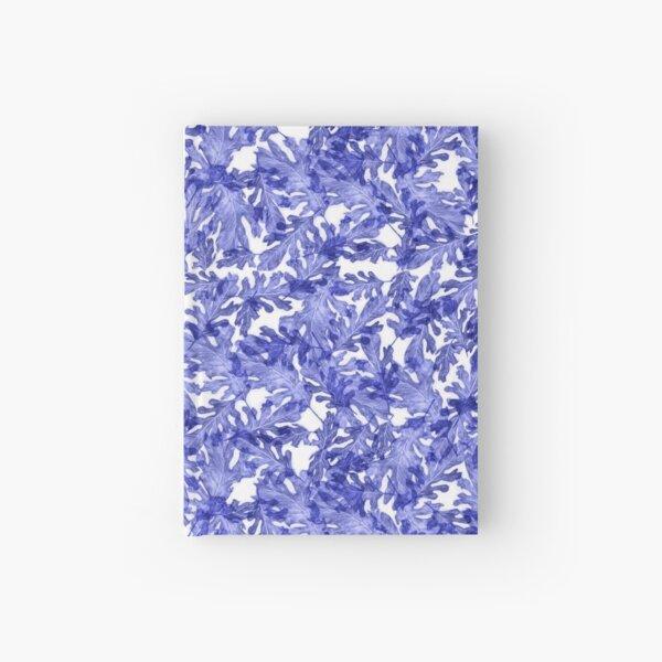 Hojas de árbol azules amontonadas en el bosque Cuaderno de tapa dura