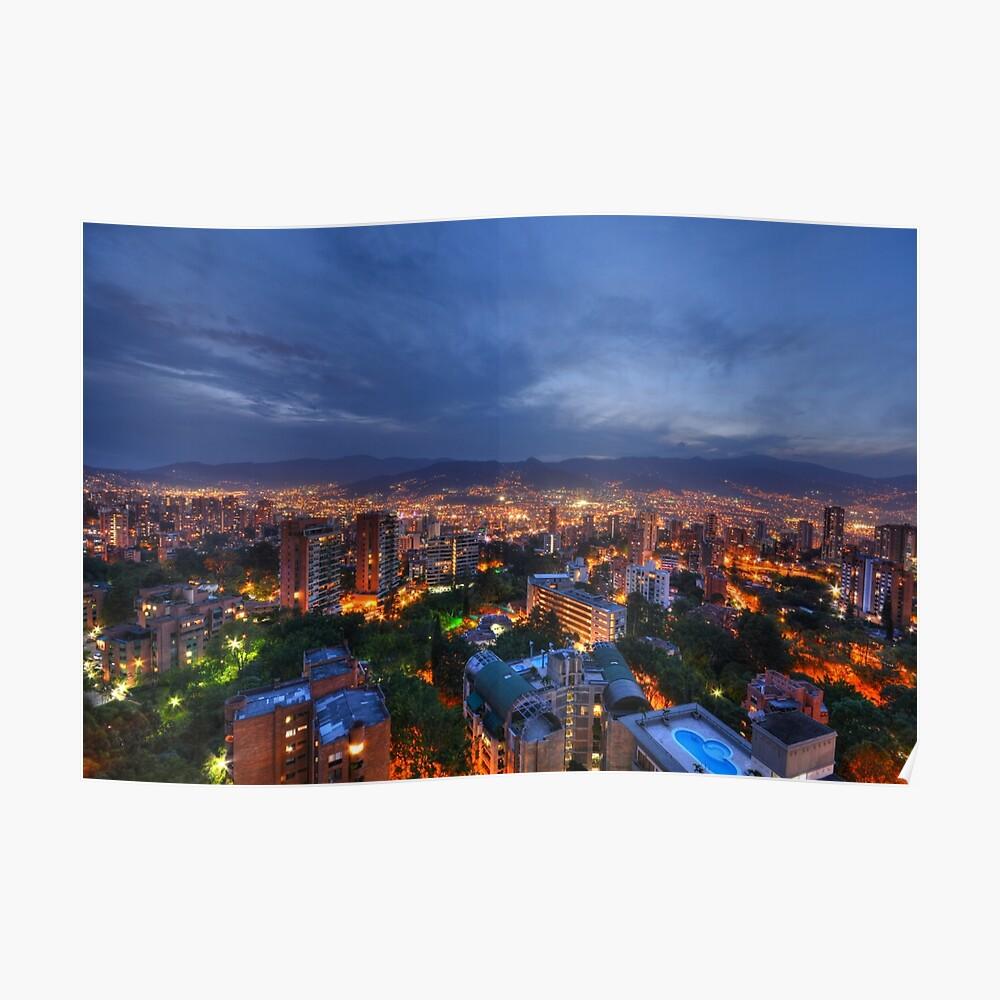 Medellin Kolumbien in der Nacht Poster