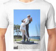 The Kiss statue Unisex T-Shirt