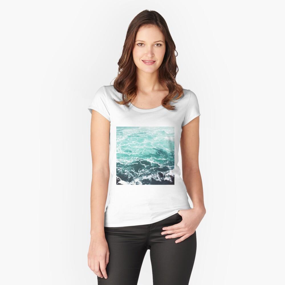 Blauer Ozean Sommer Strand Wellen Tailliertes Rundhals-Shirt