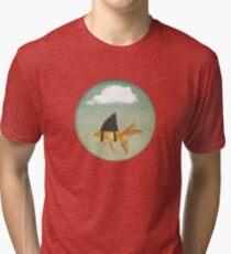 Camiseta de tejido mixto Debajo de una nube, Goldfish con una aleta de tiburón