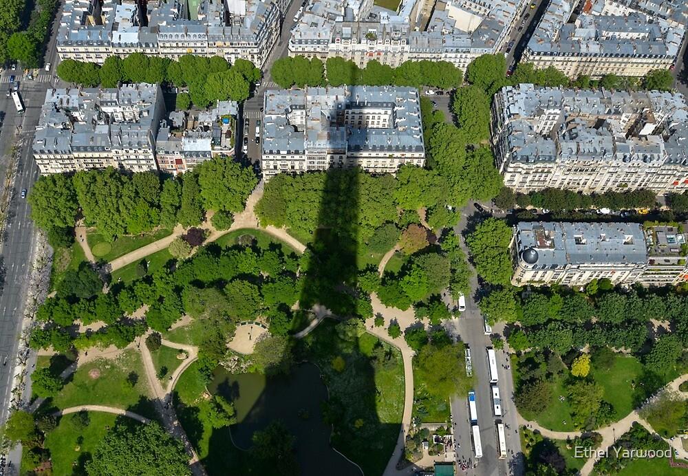 dans l'ombre de la Tour Eiffel - 2012 by Ethel Yarwood