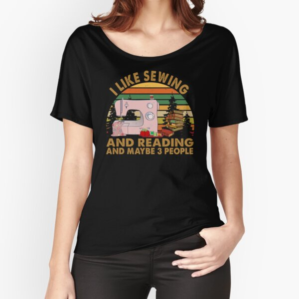 I LIKE SEWING AND READING AND MAYBE 3 PEOPLE RETRO Relaxed Fit T-Shirt