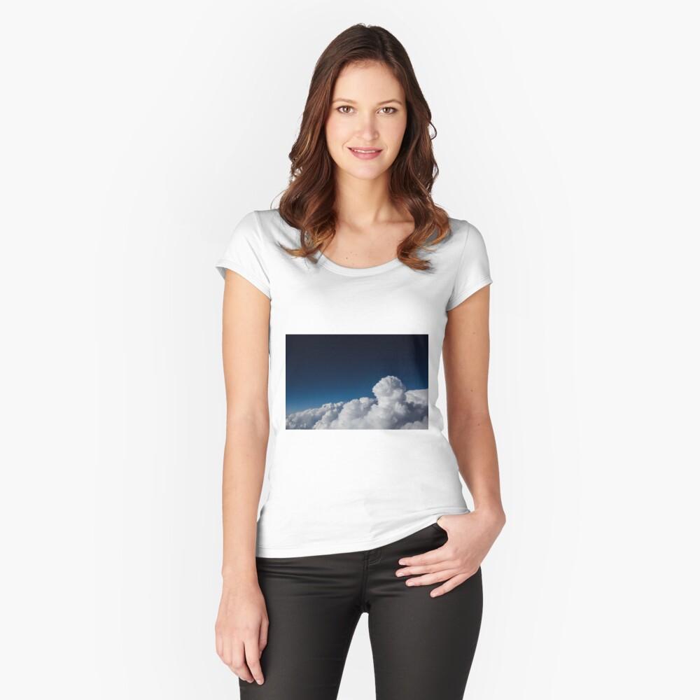 Clouds up High Tailliertes Rundhals-Shirt