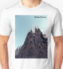 sagrada familia gaudi barcelona snoopy Unisex T-Shirt