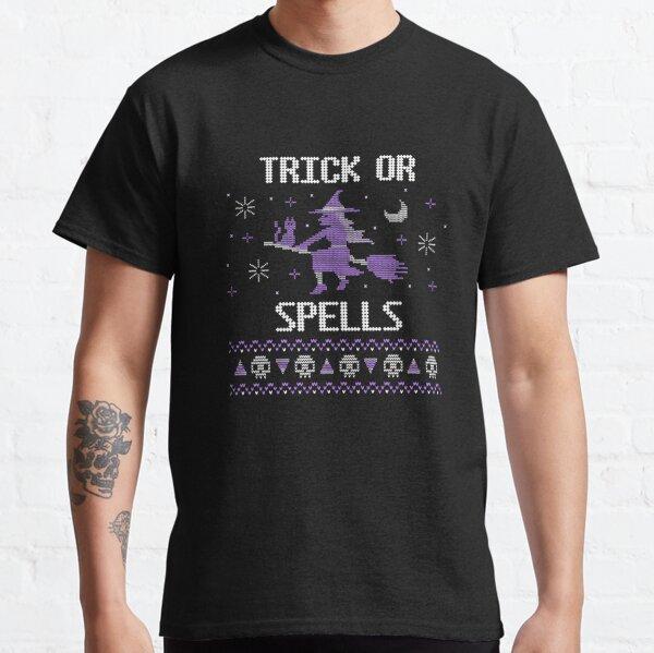 Trick or Spells neues trendiges lustiges süßes Lila, eine Hexe, die auf einem Besen in gruseliger Halloween-Dunkelnacht fliegt, mit ihrer süßen Katze entzückenden Süßigkeitenmais und Skelett-Strickmuster-Design 2021 Classic T-Shirt