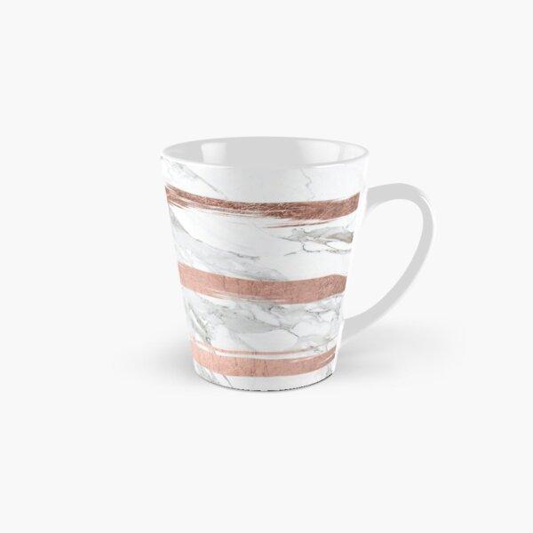 rayures de coups de pinceau dessinées à la main élégantes et chics en faux feuille d'or rose sur un fond de marbre blanc tendance et cool. Mug long