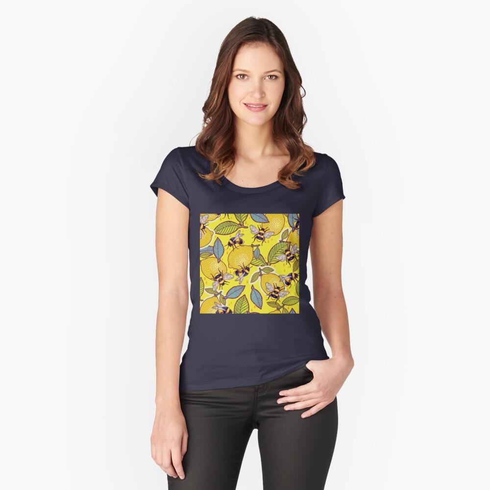 Gelber Zitronen- und Bienengarten. Tailliertes Rundhals-Shirt