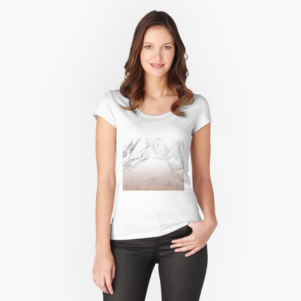 Rose Gold Glitter auf Marmor Tailliertes Rundhals-Shirt