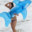 gente - nadando con delfin azul  by Bernhard Matejka