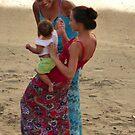 gente - madre orgullosa con bebe by Bernhard Matejka
