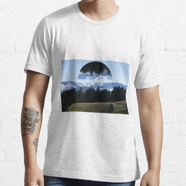 Gespiegelte Berglandschaft Essential T-Shirt