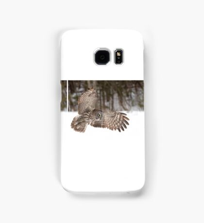 Great grey owl in flight over a snow covered field Samsung Galaxy Case/Skin