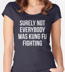 Camiseta entallada de cuello ancho Seguramente no todos estaban luchando contra el Kung Fu