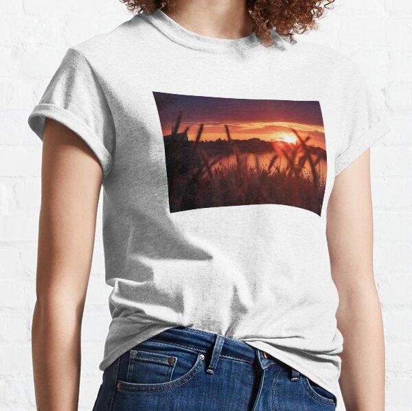 Schöner Sonnenuntergang am See Classic T-Shirt
