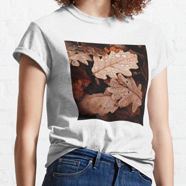 Herbstbraune Blätter mit Wassertropfen Classic T-Shirt