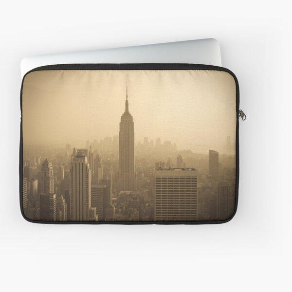 Empire State Building and Manhattan Skyline (Alan Copson ©) Laptop Sleeve