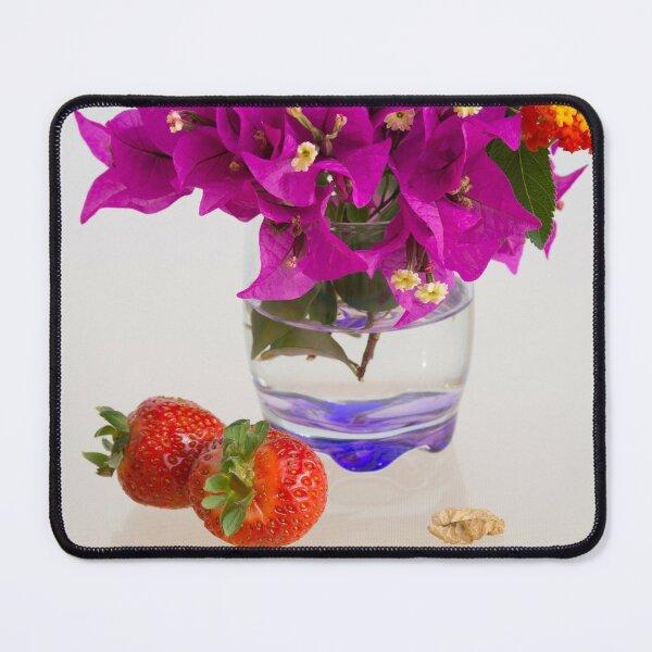 Leckere Erdbeeren und rosa Blüten Mauspad