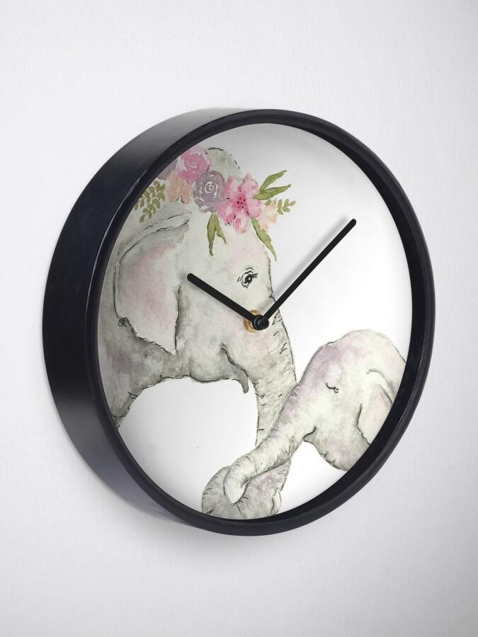 Vista alternativa de Reloj Elefante madre y bebé acuarela