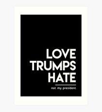 Liebe trumpft Hass (nicht mein Präsident) Kunstdruck