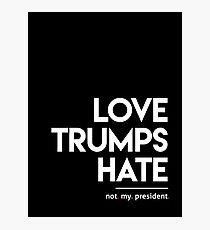 Liebe trumpft Hass (nicht mein Präsident) Fotodruck