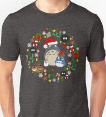 Weihnachten Totoro in dunkelgrauem - Feiertag, Weihnachten, Geschenke, Pfefferminz, Zuckerstange, Mistelzweig, Schneeflocke, Poinsettia, Anime, Catbus, Ruß Sprite, Blau, Weiß, Manga, Hayao Miyazaki, Studio Ghibl Slim Fit T-Shirt