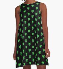 Grüner Kleeshamrock für St Patrick Tag niedlich! A-Linien Kleid