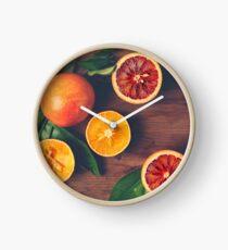 Stillleben mit reifen saftigen Zitrusfrüchten Uhr