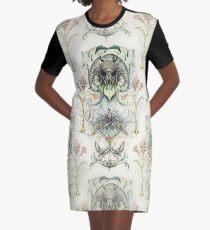 Antikes Muster - Spinne und Motten T-Shirt Kleid