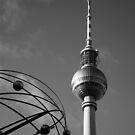 Fernsehturm in schwarz-weiß von Cyberchamaeleon