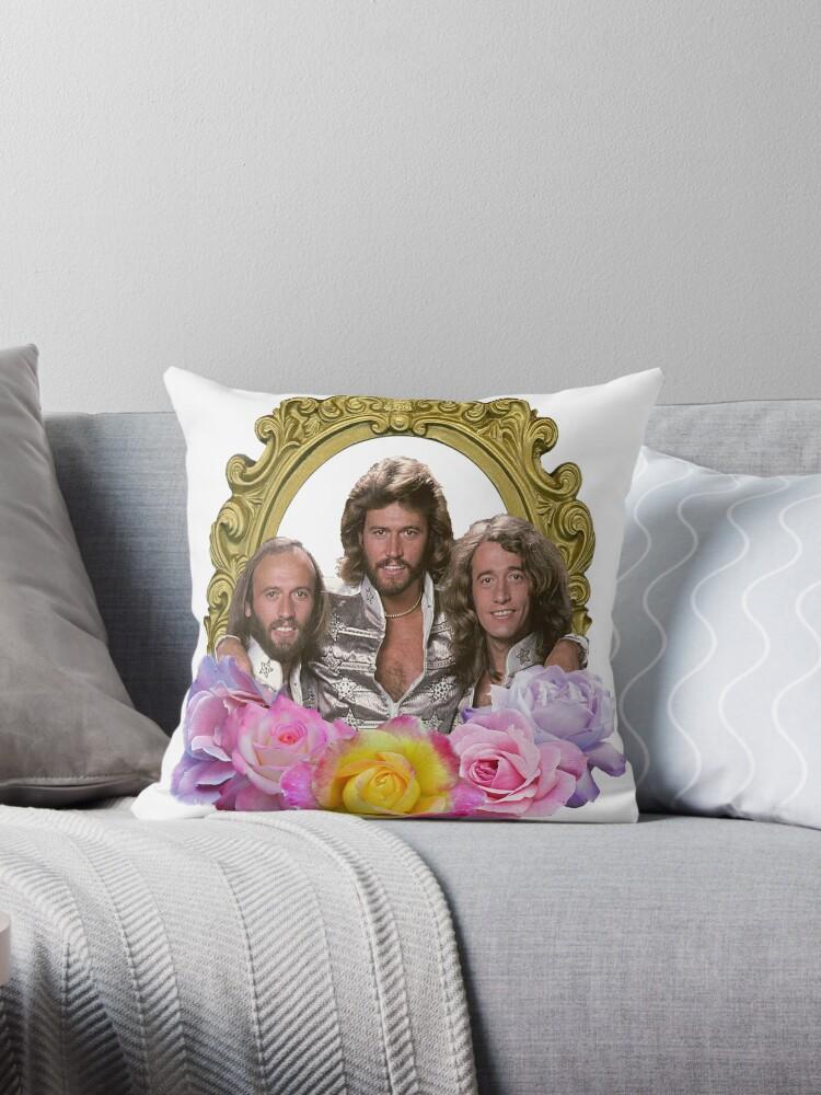 Bee Gees mit Blumen umrahmt\