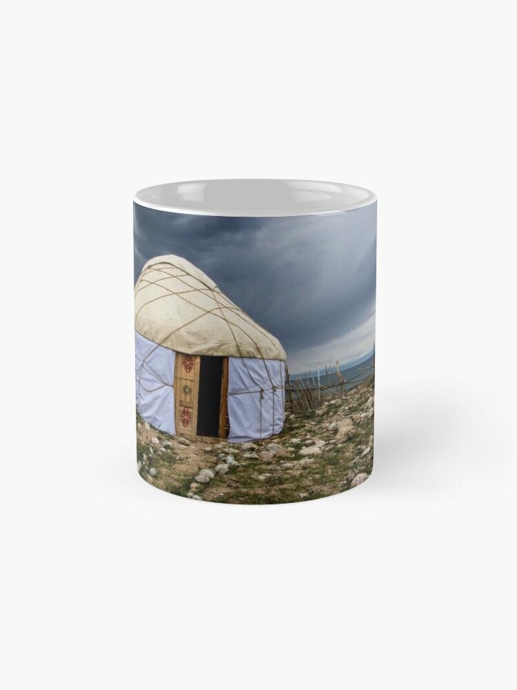 Alternative Ansicht von Jurte unter einem stürmischen Himmel Tasse