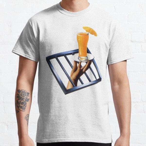 Mano sosteniendo el jugo de naranja Camiseta clásica