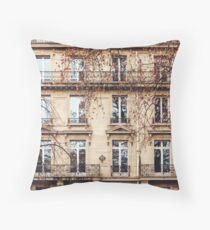 Traditionelle französische Architektur mit typischen Windows Dekokissen