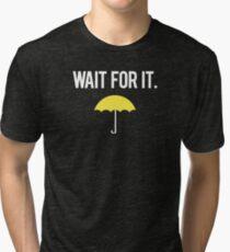 Warte darauf. Vintage T-Shirt