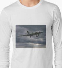 Vulcan on Final Approach - Farnborough 2014 Long Sleeve T-Shirt