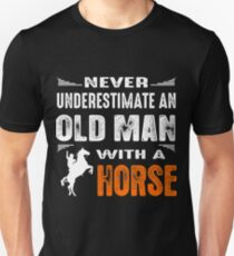 Never underestimete an old man with a horse Unisex T-Shirt
