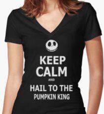 Behalte Ruhe und grüße den Kürbiskönig Shirt mit V-Ausschnitt