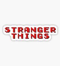 Pegatina Logotipo del título de cosas extrañas con texto de computadora retro