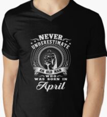 Never underestimate an old man who was born in april T-shirt T-Shirt