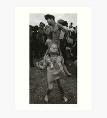 kleines Mädchen, das bei Woodstock tanzt Kunstdruck