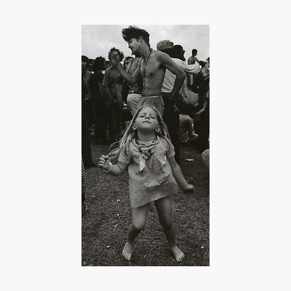 petite fille dansant à woodstock Impression photo
