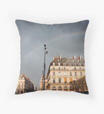Paris Street View mit Regenbogen im Himmel Dekokissen