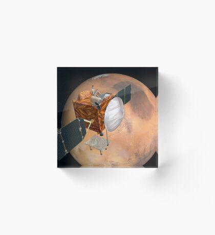 Mars Telecommunications Orbiter im Flug um den Mars. Acrylblock