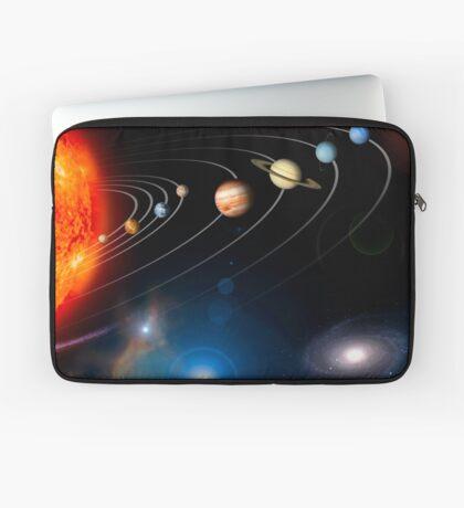 Digital erzeugtes Bild unseres Sonnensystems und Punkte darüber hinaus. Laptoptasche
